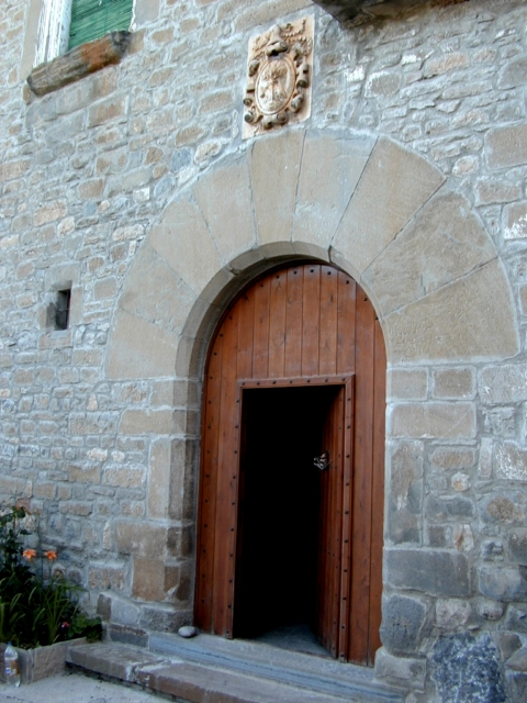 Puerta y escudo
