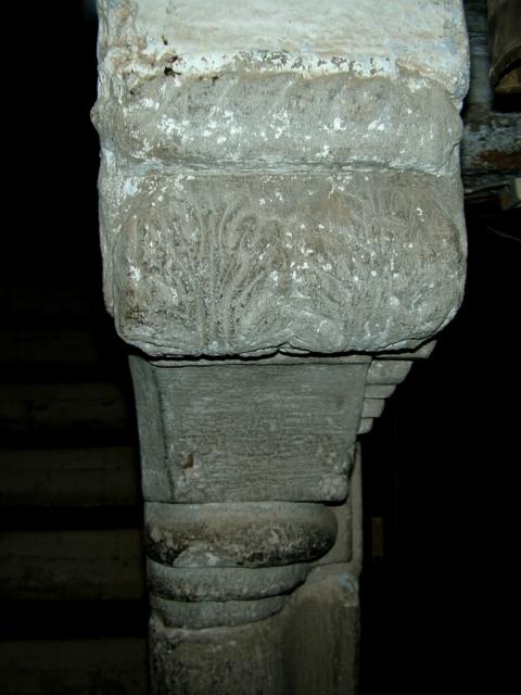Escalera. Capitel del primer balaustre