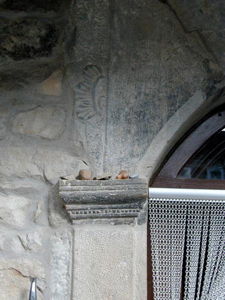 Puerta. Capitel y relieve reutilizados