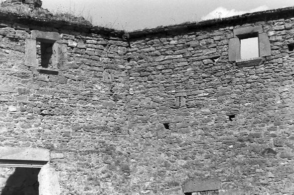 Ventanas y aspilleras en la fachada. 1997