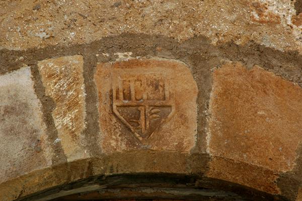 Escudo en la puerta de la capilla