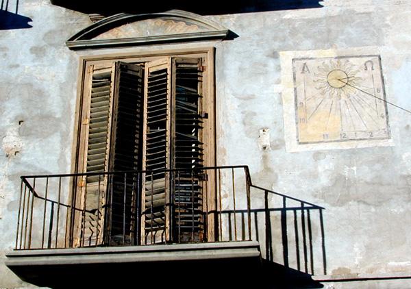 Balcón y reloj de sol. 2001