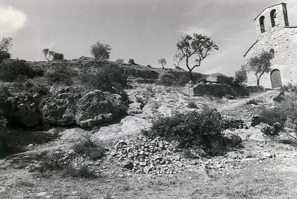 Restos del castillo. Al fondo, ermita de San Román