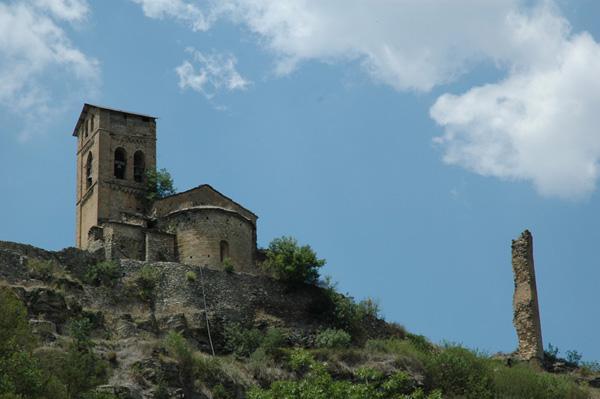 Iglesia y restos del castillo