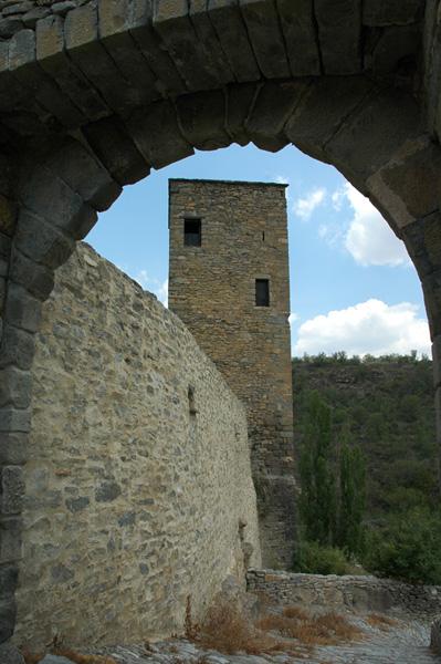 Torre cuadrada y acceso al recinto