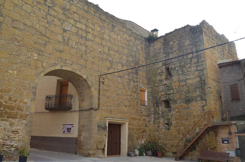 Portal de la muralla y torre de la cárcel