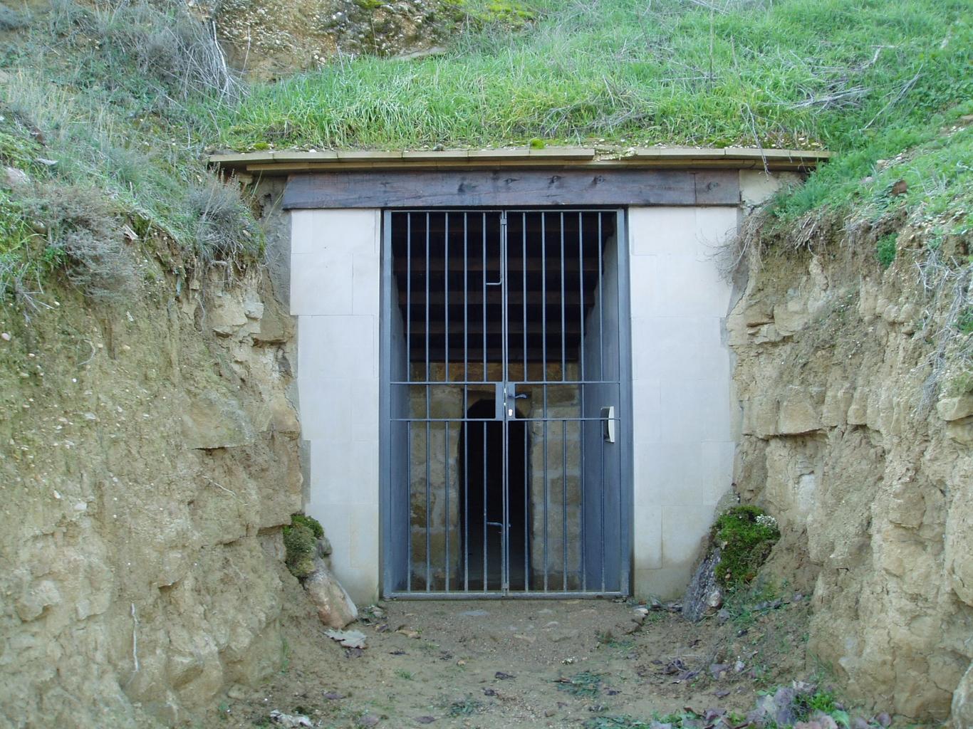 Puerta moderna de acceso al interior del pozo