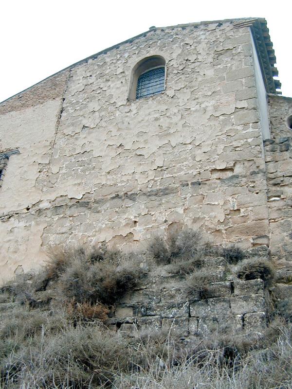 Cabecera de la ermita y restos del castillo