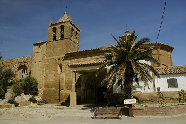 Fachada sur y restos de la iglesia de Santiago