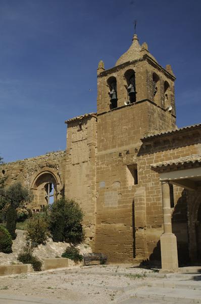 Pórtico, torre y restos de la iglesia de Santiago