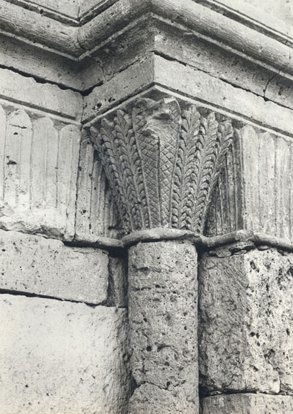 Detalle de un capitel de la portada oriental