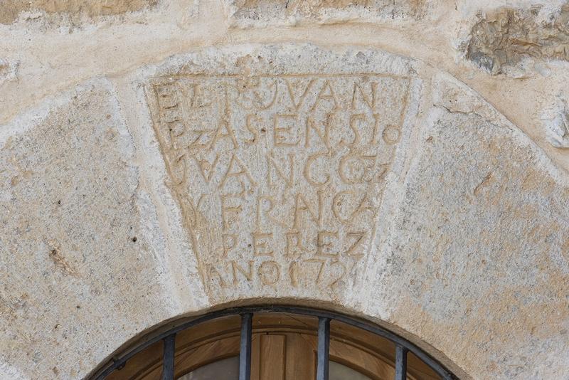 Inscripción en clave del arco portada lateral