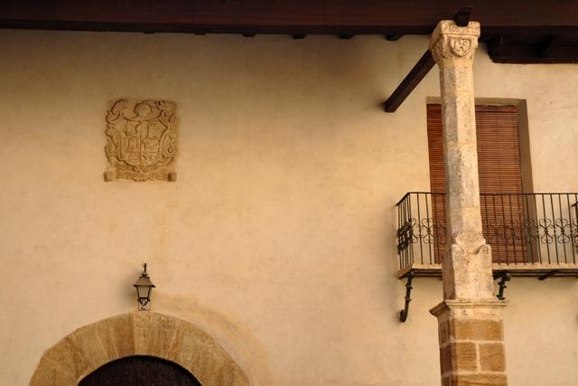 Fachada. Columna y escudo