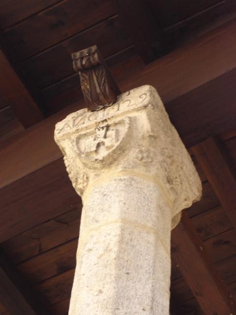 Escudo e inscripción en capitel