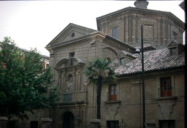 Fachada de la iglesia y alas laterales del hospital