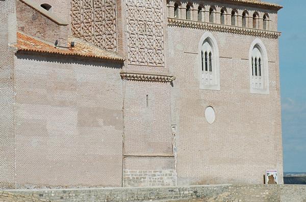 Sillares del castillo integrados en la iglesia