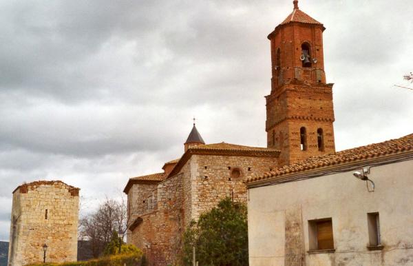 Vista general torre con iglesia