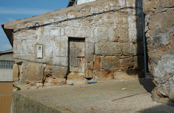 Puerta lateral del antiguo granero
