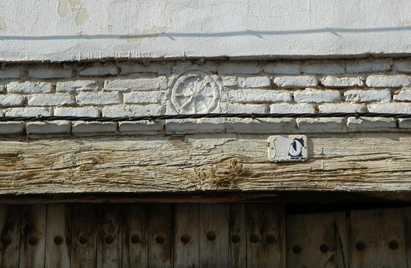 Emblema del monasterio en el antiguo corral