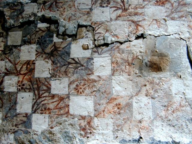 Decoración geométrica y floral en una bóveda