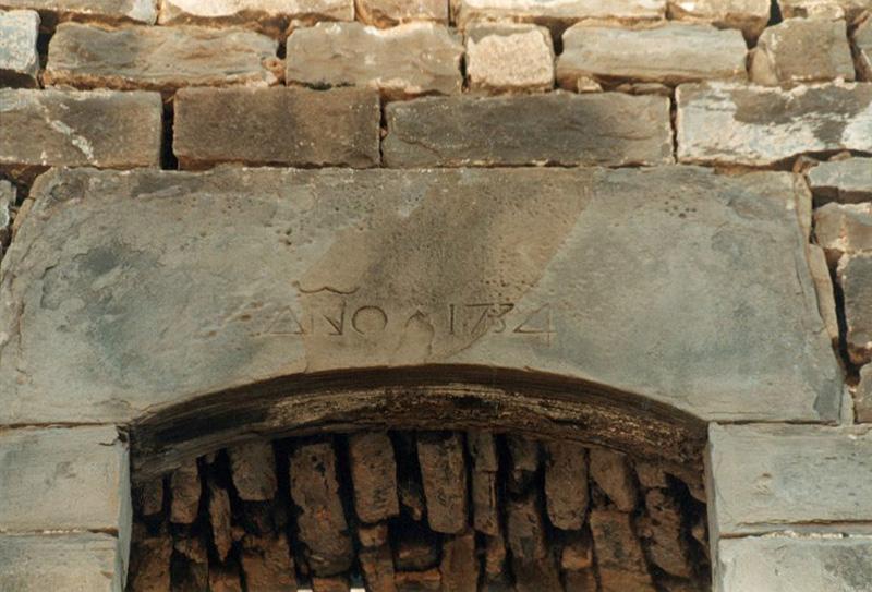 Iglesia. Dintel. 2001