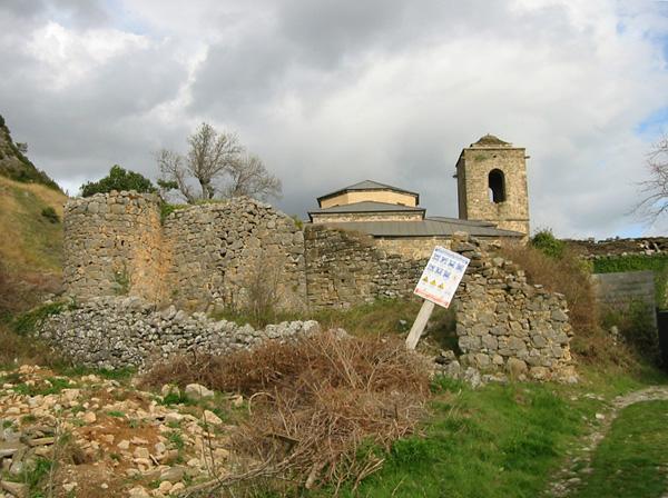Restos de murallas y torres. 2002