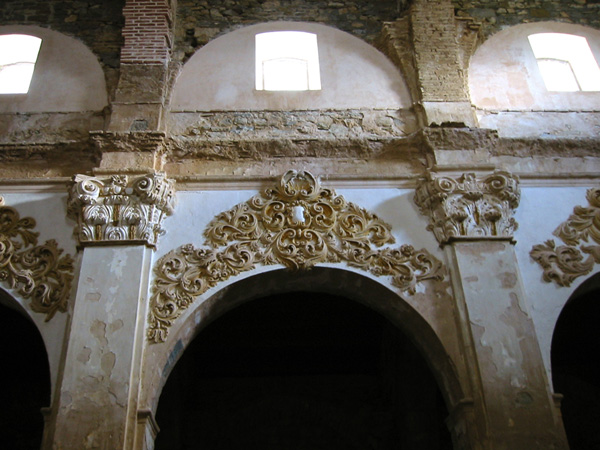 Iglesia. Arcos y yeserías. 2002