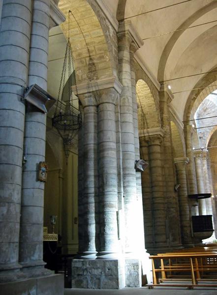 Pilares de la nave central. 2003