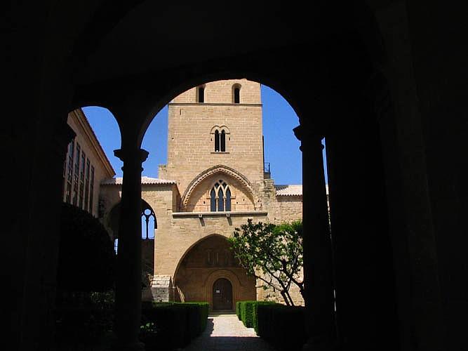 Fachada de la iglesia y torre del Homenaje