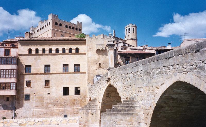 Puente, portal de San Roque y ayuntamiento
