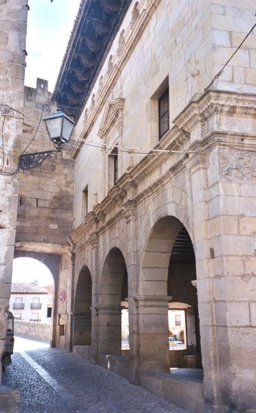 Portal de San Roque y fachada lateral