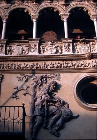 Detalle de uno de los gigantes esculpidos en la fachada