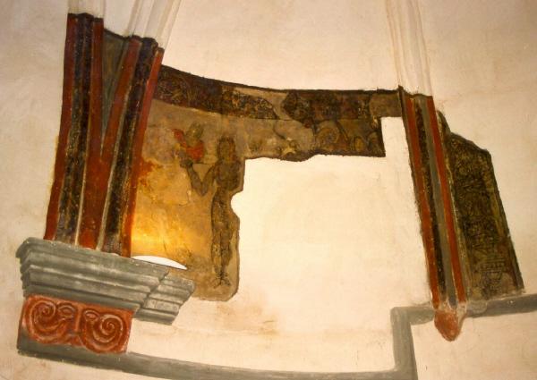 Interior. Muro con pinturas