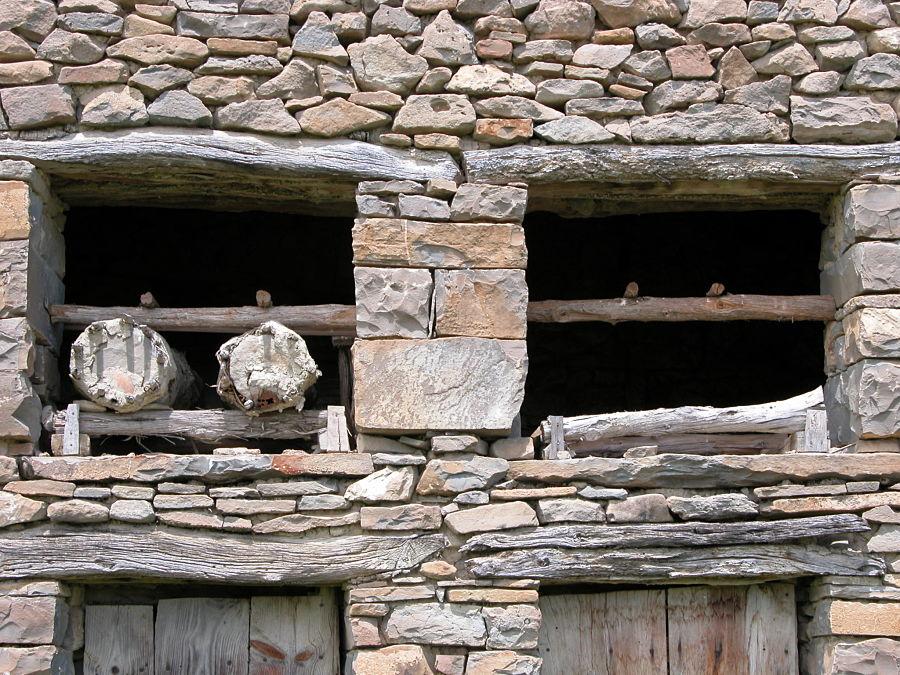 Colmenas en la aldea de Sarratiás