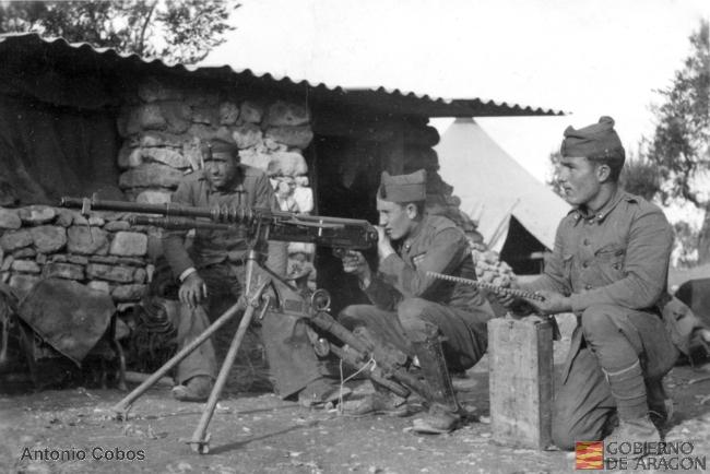 Soldados con ametralladora antiaérea. Foto: Antonio Cobos. Archivo Histórico Provincial de Zaragoza