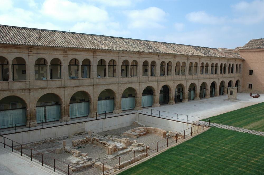 Restos arqueológicos medievales y claustro herreriano