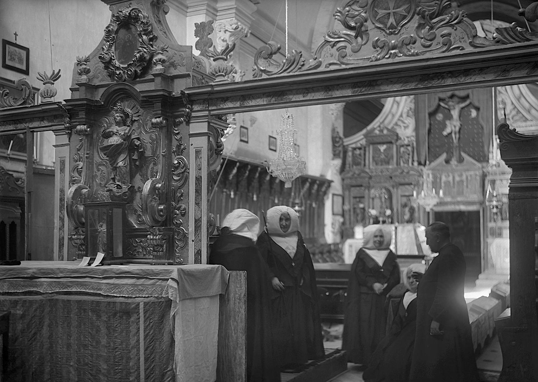 Capellán y monjas en el coro. Ricardo Compairé Escartín. 1920-1936. Fototeca de la Diputación de Huesca