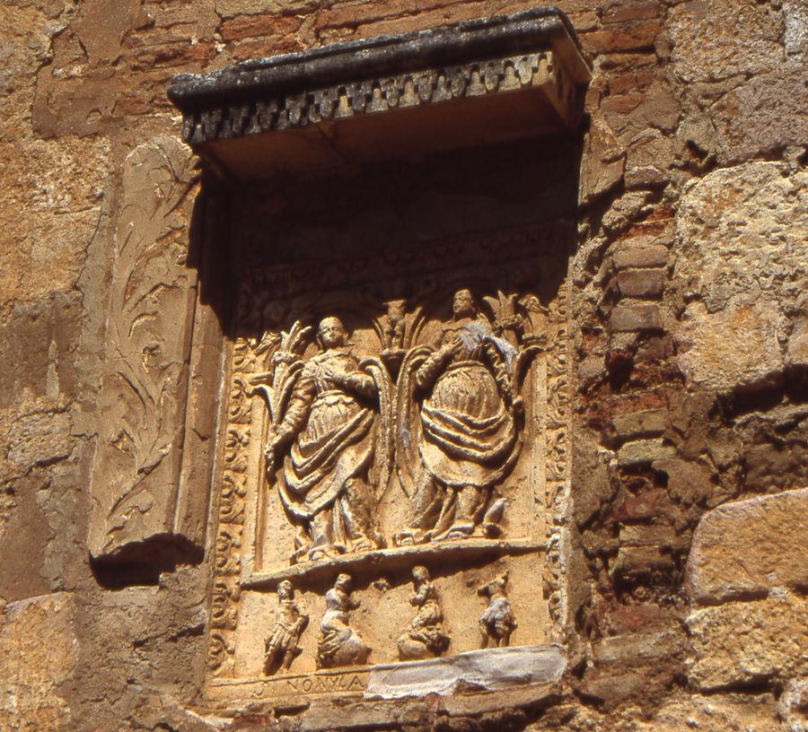 Relieve de las santas Nunilo y Alodia en un torreón del castillo de Alquézar. Foto: Comarca del Somontano de Barbastro