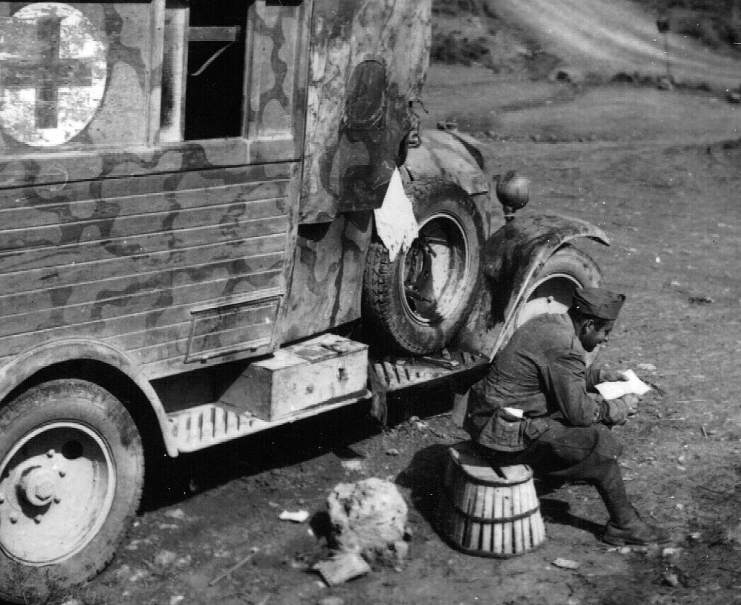 Sanitario durante un descanso. Foto: Sabino Murueta-Goiena. Archivo Histórico Provincial de Zaragoza