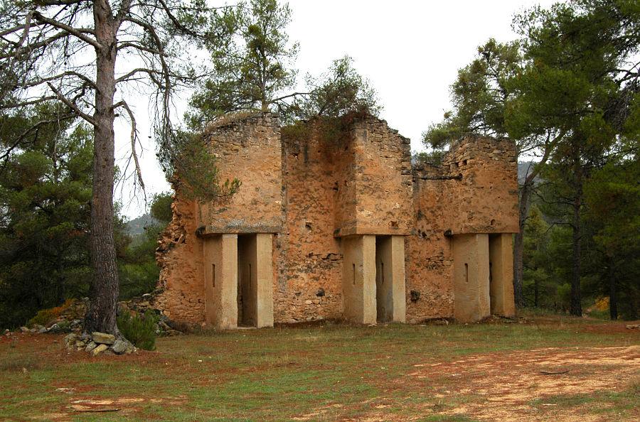 Restos de las prensas de la almazara de la ermita de San Pedro en Fuentespalda
