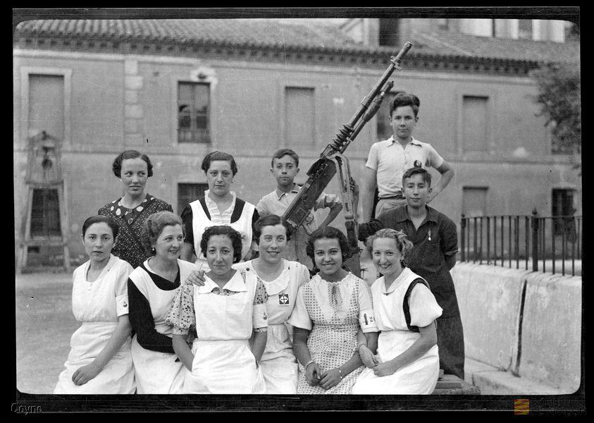Civiles con ametralladora en el Hospital de Nuestra Señora de Gracia de Zaragoza. Foto: Manuel Coyne. Archivo Histórico Provincial de Zaragoza