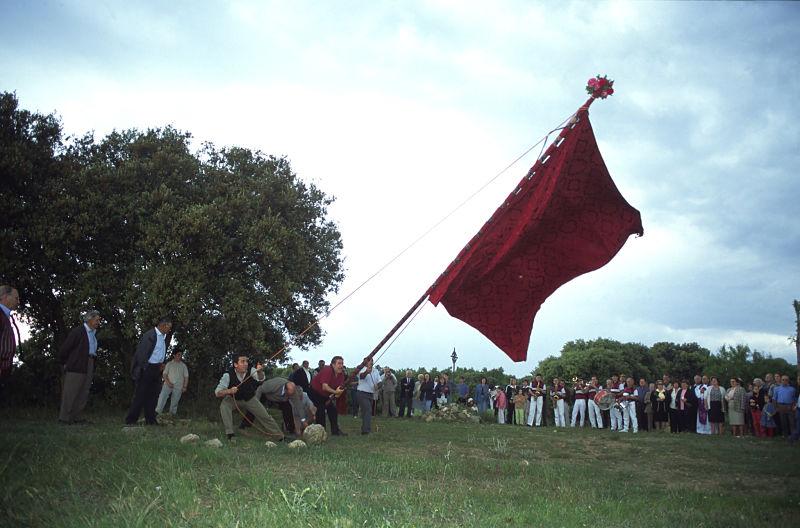 Los habitantes de Adahuesca honrando el 20 de mayo a las abuelas de Sevil en Crucelós