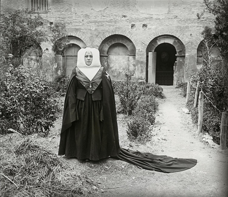 Monja del monasterio de Sijena. Ildefonso San Agustín. Fototeca de la Diputación de Huesca