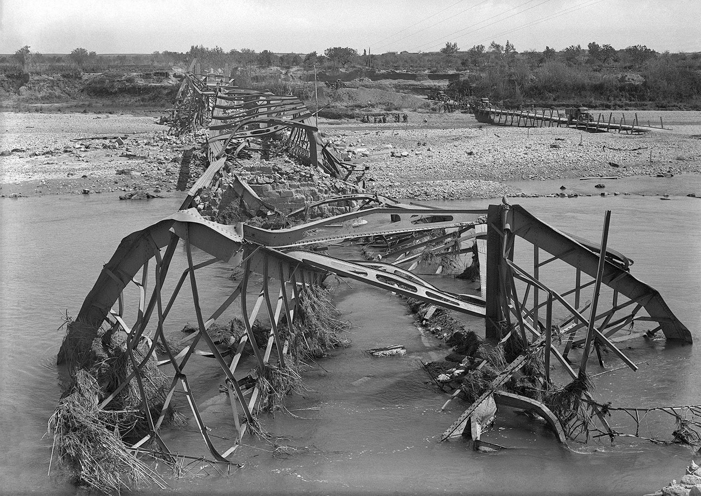 Puente destruido en Alcolea del Cinca (1939). Foto: José Oltra. Fototeca de la Diputación de Huesca