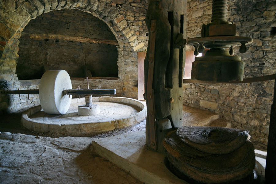 Balsa de moler y ruello del molino de Almazorre. Al fondo, bajo la arcada, algorines