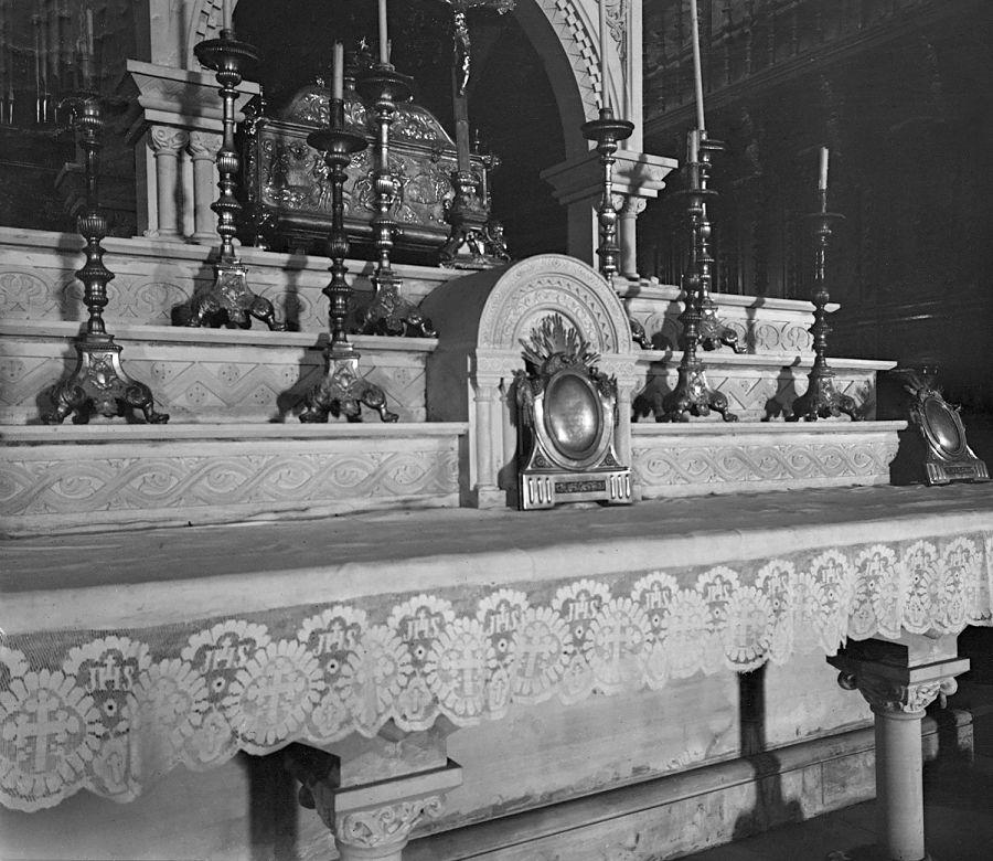 Arqueta con la reliquia de Santa Orosia en la catedral de Jaca. R. Compairé. Fototeca de la Diputación Provincial de Huesca