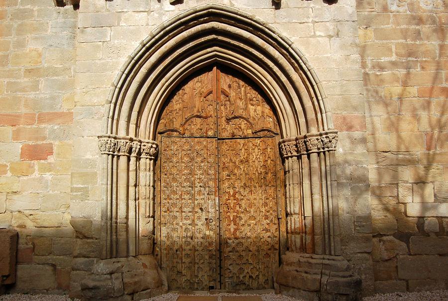 Portada de la iglesia de la Virgen de la Fuente en Peñarroya de Tastavins (siglo XIV)