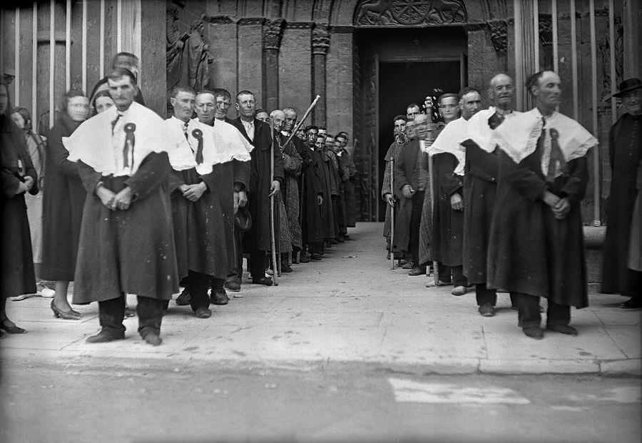 Salida de cofrades de la catedral de Jaca, hacia 1930. R. Compairé. Fototeca de la Diputación Provincial de Huesca