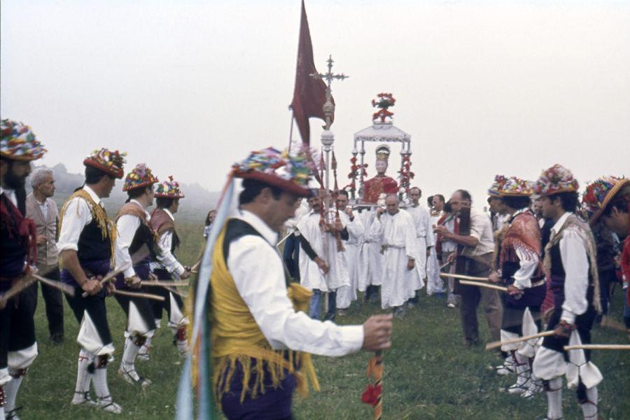 Los danzantes de Yebra y la llegada al puerto (1984). E. Satué. Fototeca de la Diputación de Huesca