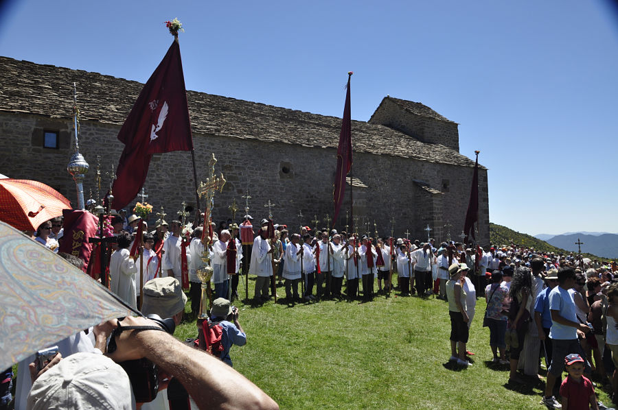 Romeros ante el santuario, con los estandartes del valle de Basa. Foto: Juan Carlos Gil Ballano